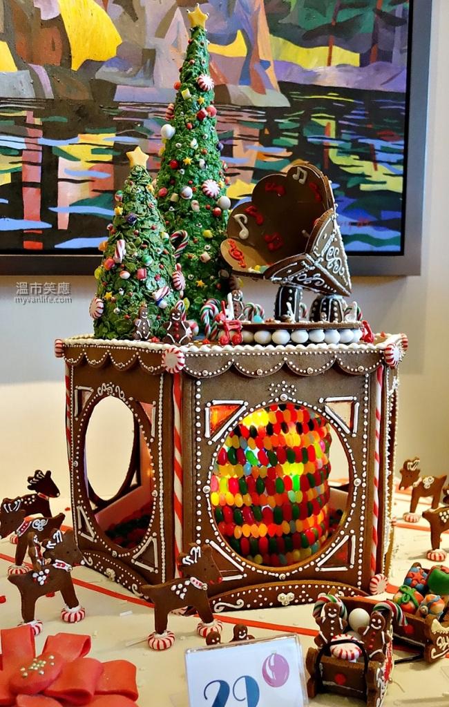 ChristmasRDSC05508GingerbreadLane